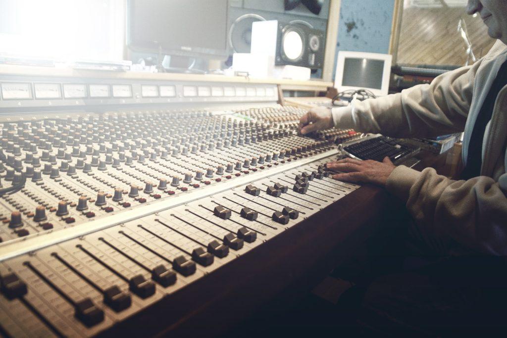 画像に alt 属性が指定されていません。ファイル名: sound-studio-407216_1920-1024x683.jpg
